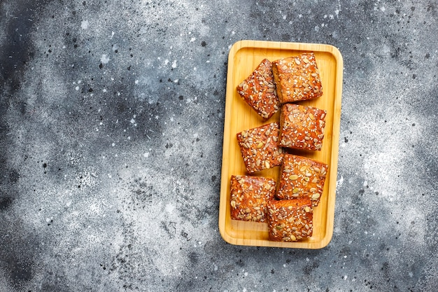 Biscuits croustillants faits maison avec des graines de sésame, de flocons d'avoine, de citrouille et de tournesol.