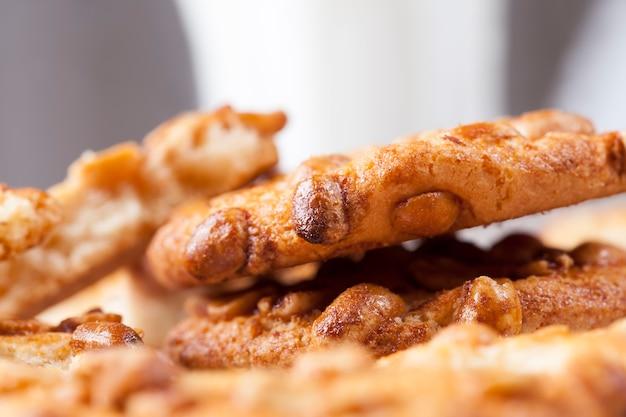 Biscuits croustillants frais à base de farine de blé et de cacahuètes grillées, à la surface d'un biscuit rond au caramel aux cacahuètes, de délicieux biscuits à partir de différents ingrédients