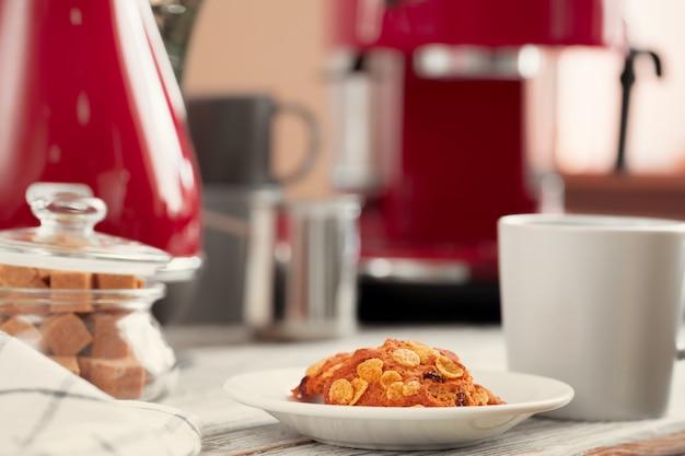 Biscuits dans une assiette sur le comptoir de la cuisine se bouchent