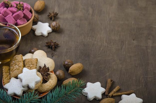 Biscuits dans une soucoupe orange et sucre dans un bol en bois