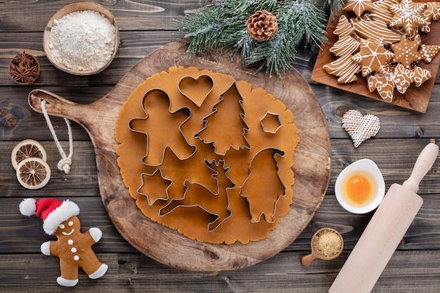 Biscuits de décoration de noël, cuisson des biscuits de noël à la maison.