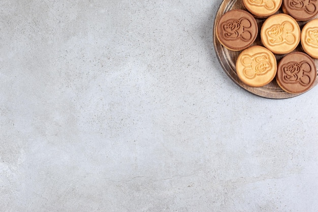 Biscuits décorés sur planche de bois en fond de marbre. photo de haute qualité
