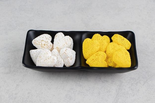 Biscuits à dents dans le bol, sur la surface en marbre