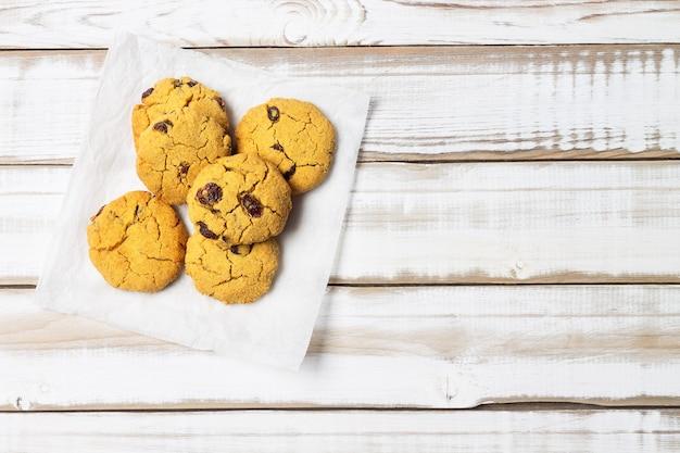 Biscuits de dessert à base de farine de maïs avec des raisins secs.