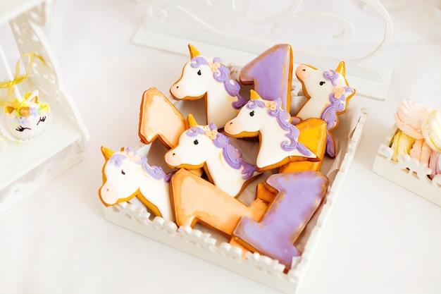 Biscuits de différentes couleurs sous forme de licornes et de chiffres un