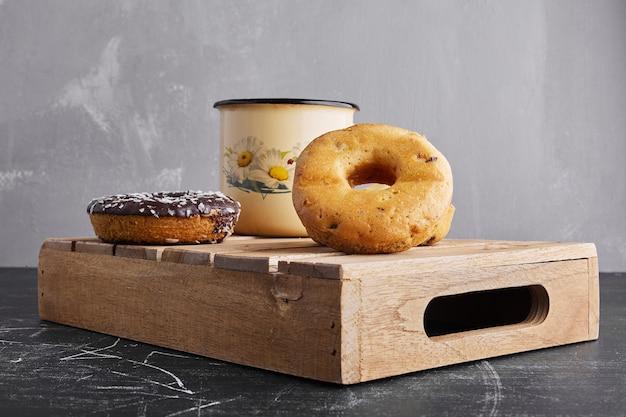 Biscuits donut avec une tasse de thé.