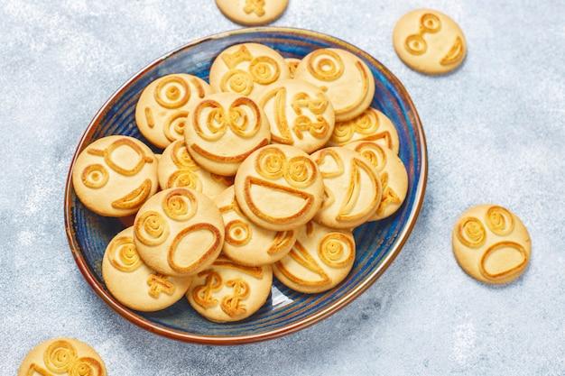Biscuits drôles d'émotions différentes, cookies souriants et tristes