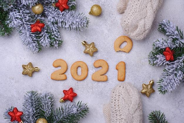 Biscuits du nouvel an en pain d'épice en forme de chiffres 2020
