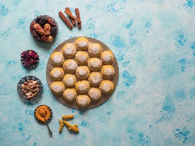 Biscuits égyptiens kahk el eid sur table bleue