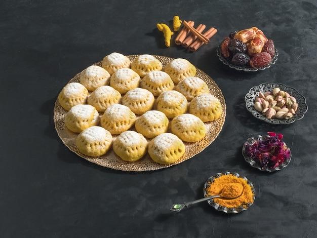 Biscuits égyptiens kahk el eid sur table sombre