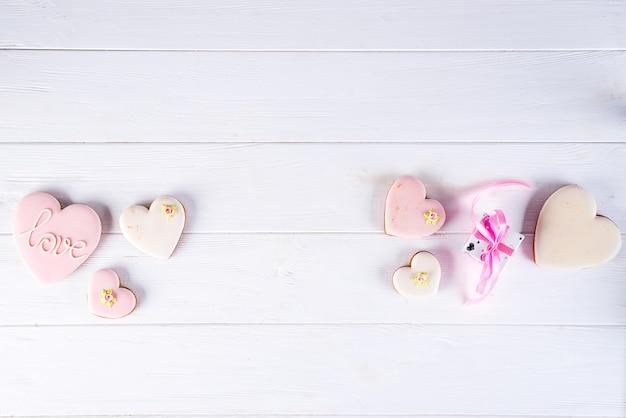 Biscuits émaillés en forme de coeur, cuisiner avec amour pour la saint-valentin, concept de l'amour