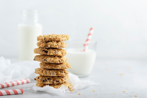 Biscuits empilés maison avec du lait
