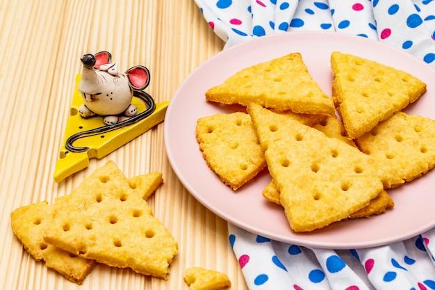 Biscuits d'enfants drôles. craquelins festifs au fromage