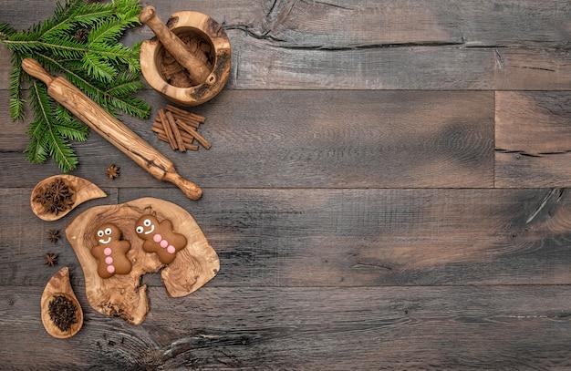 Biscuits, épices et ustensiles de cuisson de noël bonhomme en pain d'épice