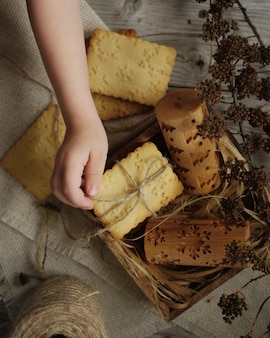 Biscuits estampés avec une impression d'arbres de noël et de flocons de neige.