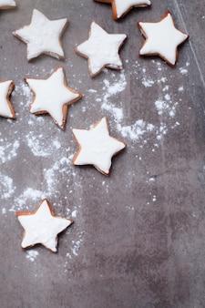 Biscuits étoilés saupoudrés de sucre glace