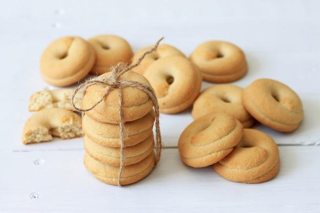 Des biscuits faits maison attachés avec une corde.