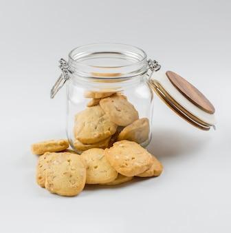 Des biscuits faits maison avec un bocal en verre.