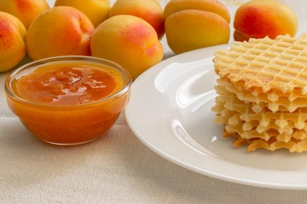 Biscuits faits maison avec de la confiture d'abricot sur une assiette