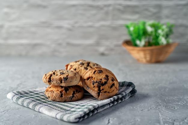 Biscuits faits maison frais sur une serviette sur une surface légère