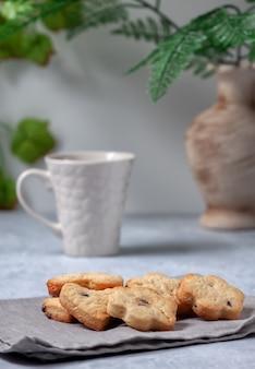 Biscuits faits maison frais sur une serviette