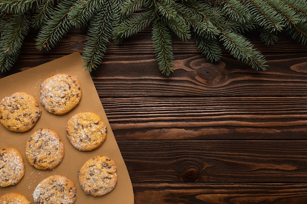 Biscuits faits maison de noël sur un bois