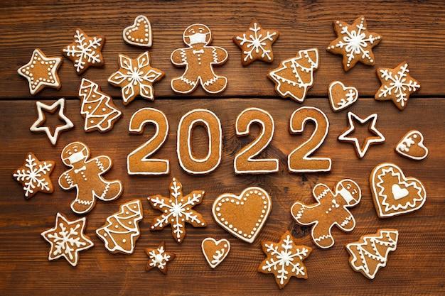 Biscuits faits maison de pain d'épice de mosaïque de noël sous forme d'homme masqué et nombres de nouvelle année