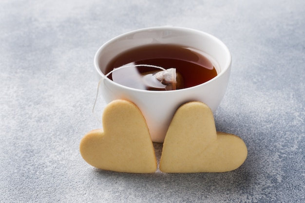 Biscuits faits maison et tasse de thé.