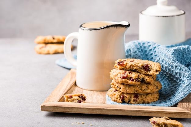Biscuits de farine d'avoine aux raisins secs et aux canneberges