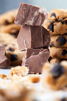Biscuits à la farine de blé cassés et gros morceaux de chocolat sucré ensemble, biscuits avec des morceaux de chocolat à l'intérieur, nourriture en gros plan pour les desserts biscuits émiettés