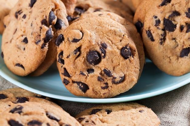 Biscuits à la farine de blé et gros morceaux de chocolat sucré ensemble