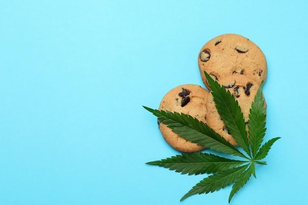 Biscuits et feuille de cannabis sur le bleu