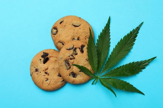 Biscuits et feuille de cannabis sur le fond bleu