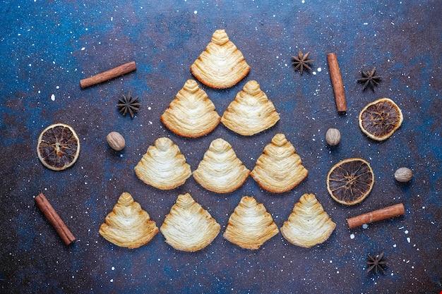 Biscuits feuilletés en forme de sapin de noël.