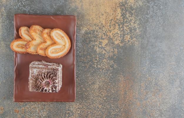 Biscuits feuilletés et une part de gâteau