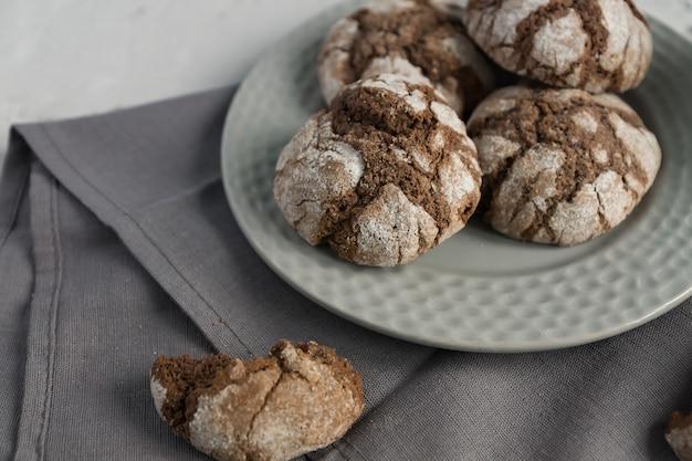 Biscuits avec des fissures de chocolat. biscuits savoureux faits maison dans un bol gris sur une table.