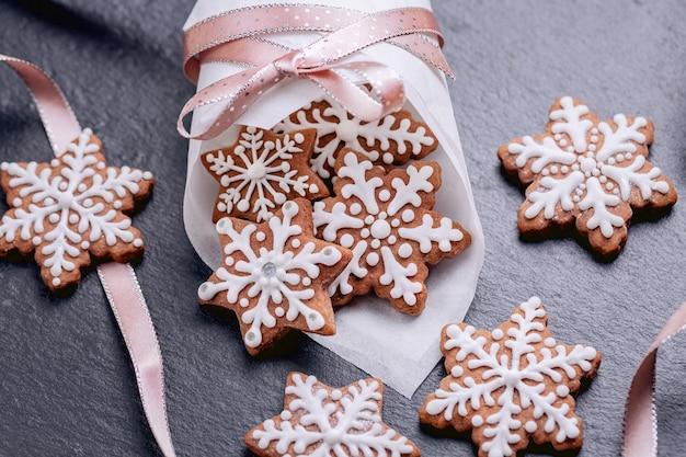 Biscuits de flocons de neige de pain d'épice sur la serviette