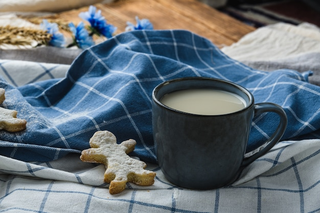 Biscuits sur un fond en bois avec du lait d'avoine