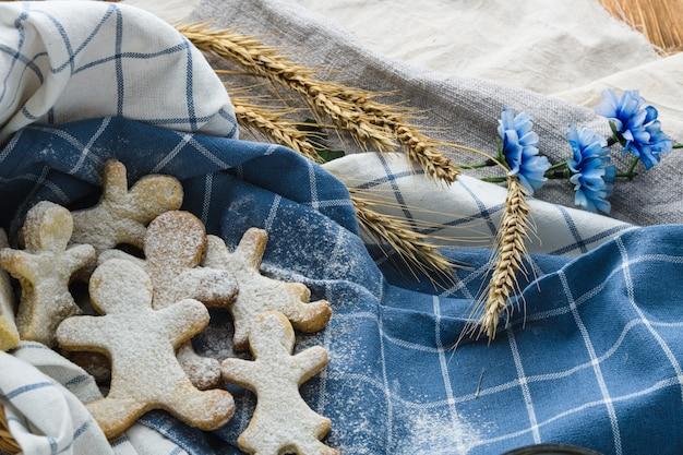 Biscuits sur un fond en bois