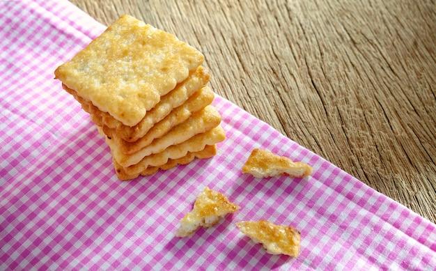 Biscuits sur un fond de table en bois vieux sac rose.
