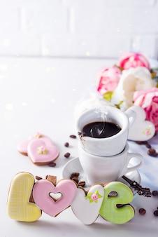 Biscuits en forme cadeau de tasse d'amour et de café le jour de la saint-valentin ou de la fête des mères, cadeau