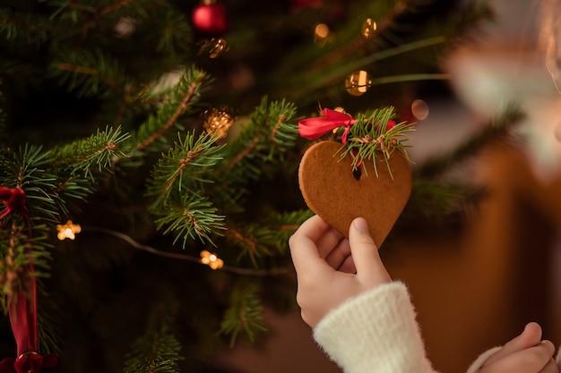 Biscuits en forme de coeur sur un arbre de noël
