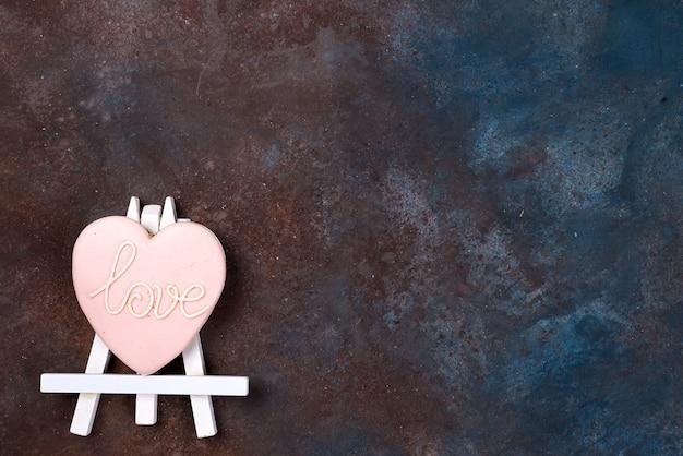 Biscuits en forme de coeur dans la cerise sur le chevalet en image. joyeuse saint valentin