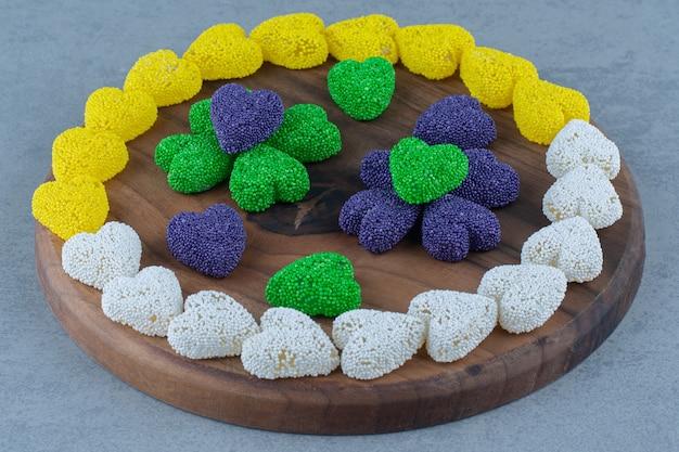 Biscuits en forme de coeur dans le plateau, sur la table en marbre.