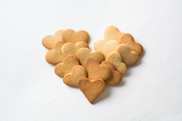 Biscuits en forme de coeur faits maison sur blanc