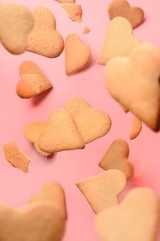 Biscuits en forme de coeur faits maison sur rose.