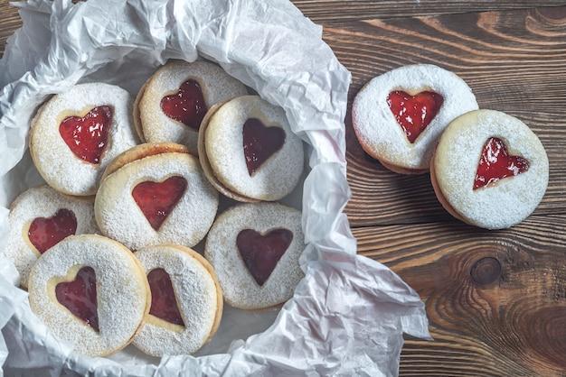 Biscuits en forme de coeur fourrés à la fraise