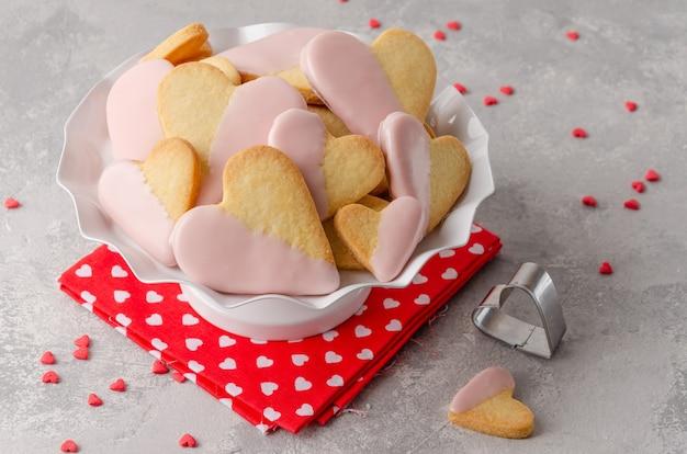 Biscuits en forme de cœur avec glaçage au chocolat rose pour la saint-valentin