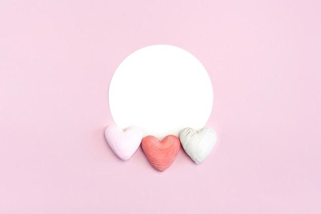 Biscuits en forme de coeur à plat sur rose