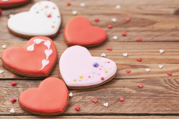 Biscuits en forme de coeur pour la saint-valentin ou la fête des mères sur fond de bois.